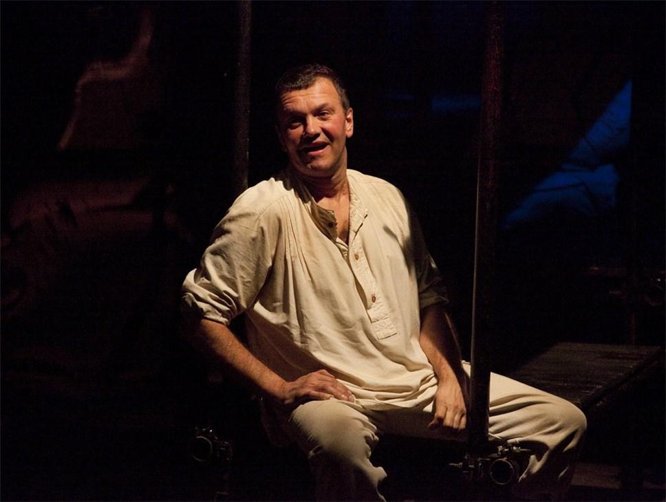 пензенским театром с белой вороной знакомство