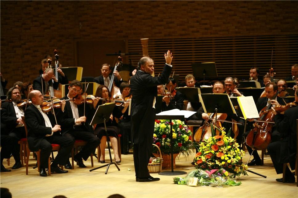 Фото оркестра с дирижером